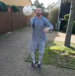 73.435 km: In der polnischen Hauptstadt Warschau hält Mateusz den Ball im Spiel